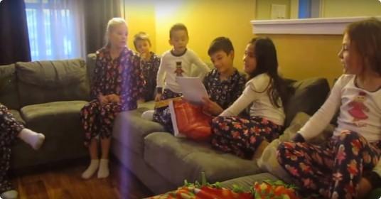 Kinderen-krijgen-adoptie-als-kerstcadeau