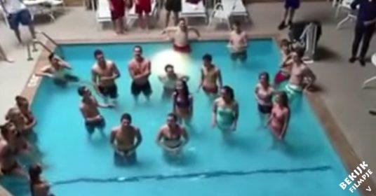 Koor-zingt-in-zwembad